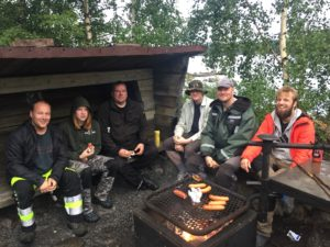 Viikonlopulle osallistuneet lauantai illalla Mikkelin saarten grillipaikalla.