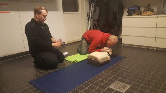 Sampo ja Kyösti harjoittelevat painelu-puhallus-elvytystä