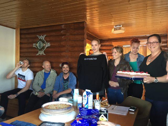 PJ Petra piti juhlapuheen ja esitteli lahjan sankarille.