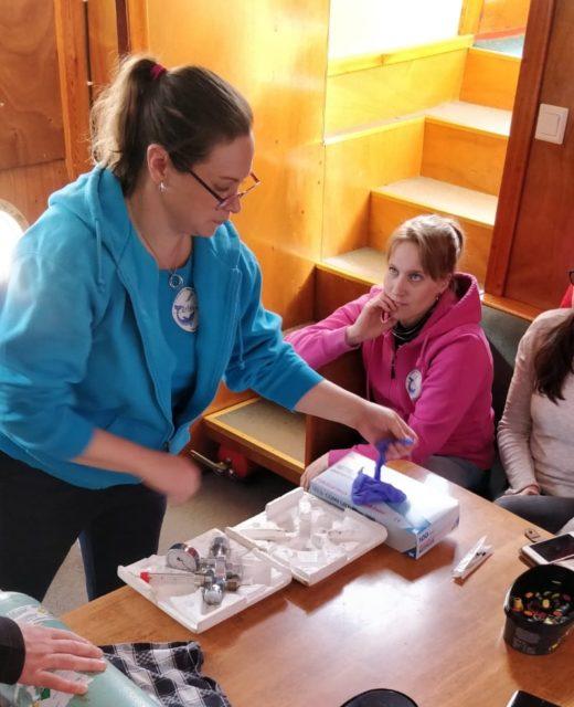 Paula esittelee Stean ensiapuvälineitä.