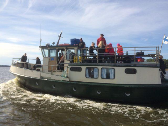 Laiva on lastattu sukeltajilla ja seikkailumielisillä lapsilla (Steasta ajokuva, vaikka on tulomatkalta)