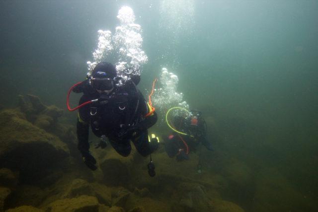Vaikka louhokset yleensä ovat vain kiveä ja kalliota, löytyy Alskatin louhokselta kalojen lisäksi kaikenlaista piilotettua tavaraa kuten kassakaappeja, pyörän runkoja yms