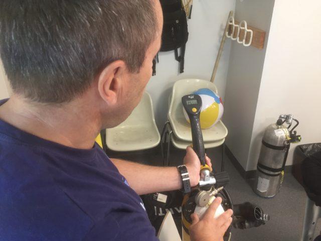 kouluttaja, Tommi Hartman,  näyttämässä malliksi happianalysaattorin käyttöä ja näyttöä