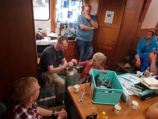 Kouluttajan valvovan silmän alla kaikki harjoittelivat vuorollaan hapenantolaitteen käyttövalmiiksi laittamista sekä itse käyttöä.